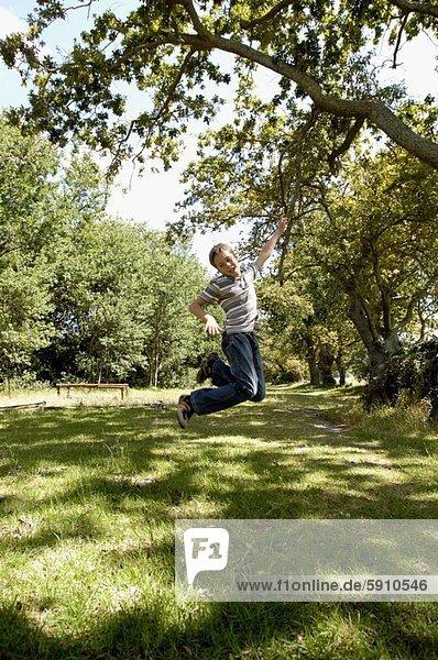 Junge - Person  springen