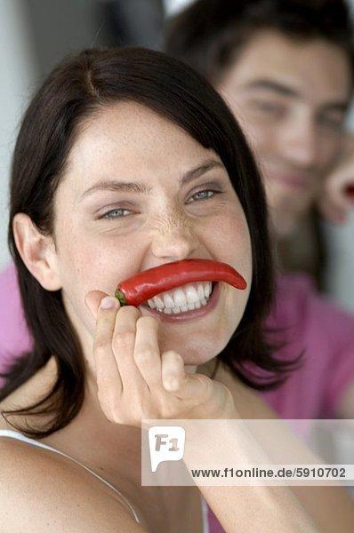 Portrait  Frau  Mann  halten  Hintergrund  rot  jung  Peperoni