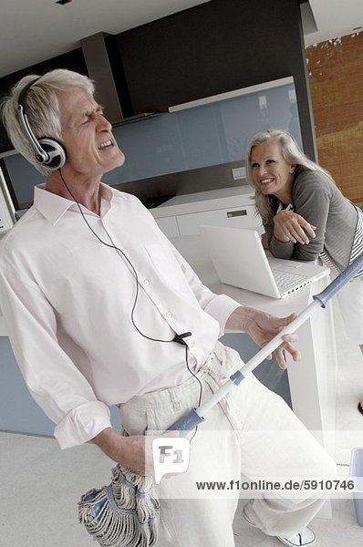Senior  Senioren  Frau  Mann  zuhören  sehen  halten  Musik  Wischmopp