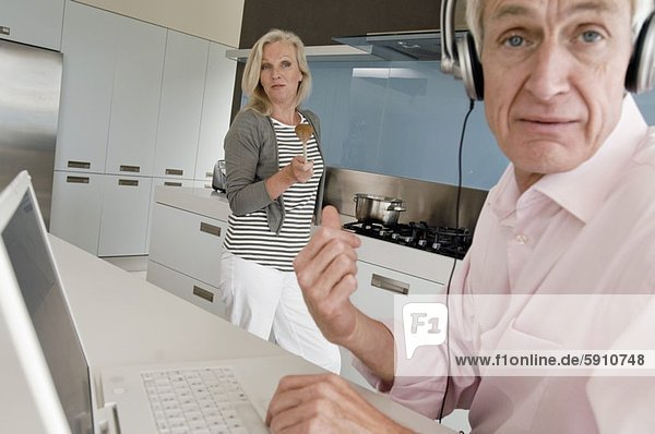 Senior  Senioren  benutzen  Portrait  Frau  Mann  sehen  Notebook