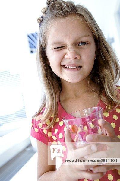 Wasser  Portrait  Glas  halten  Mädchen  zwinkern