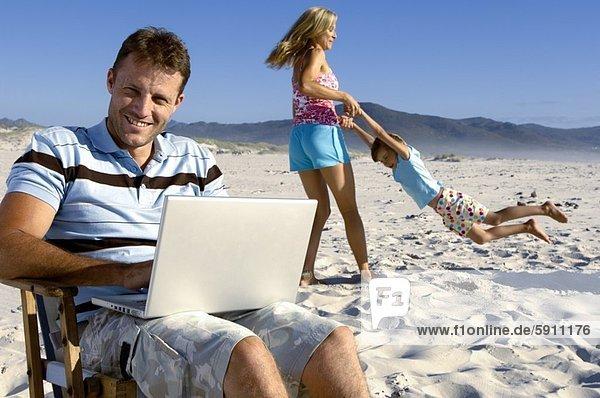 benutzen  Mann  Notebook  Strand  Mittelpunkt  Erwachsener  spielen