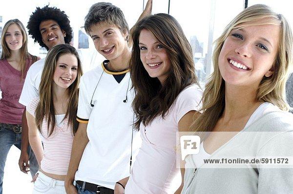 stehend  Zusammenhalt  Portrait  Jugendlicher  lächeln