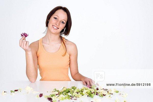 Portrait  Frau  lächeln  Pflanzenblatt  Pflanzenblätter  Blatt  halten  rot  jung  Salat