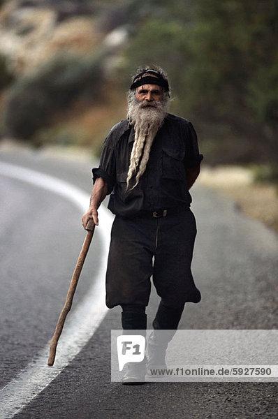 Senior  Senioren  Portrait  Mann  gehen  Fernverkehrsstraße  Kreta  Griechenland