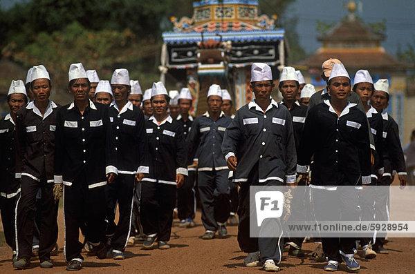 Mann  gehen  Fernverkehrsstraße  schmutzig  groß  großes  großer  große  großen  Vietnam