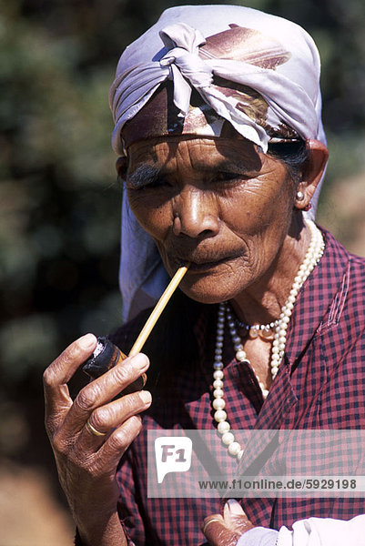 rauchen  rauchend  raucht  qualm  qualmend  qualmt  Senior  Senioren  Portrait  Frau  Vietnam