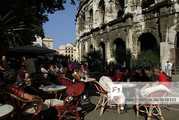 sitzend  Frankreich  Mensch  Menschen  Menschengruppe  Menschengruppen  Gruppe  Gruppen  Weg  Cafe  Große Menschengruppe  Große Menschengruppen  groß  großes  großer  große  großen  Provence - Alpes-Cote d Azur