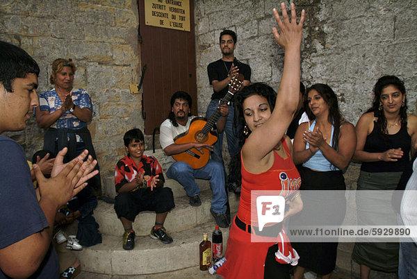 Frankreich  Frau  Freundschaft  tanzen  klatschen  jung  Provence - Alpes-Cote d Azur