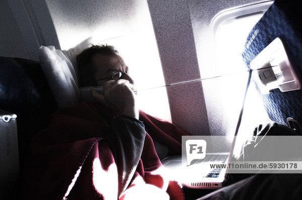 Flugzeug  Profil  Profile  Mann  sprechen  Telefon  reifer Erwachsene  reife Erwachsene  Seitenansicht