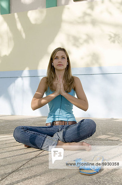 sitzend  Frau  Kopfhörer  jung  Kleidung  02 Position  Gebet