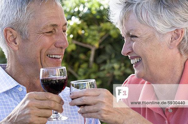 Senior  Senioren  sehen  Wein  halten  Close-up  close-ups  close up  close ups  rot