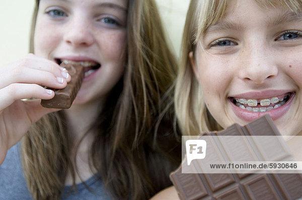 Portrait  lächeln  Schokolade  2  Mädchen  essen  essend  isst Portrait ,lächeln ,Schokolade ,2 ,Mädchen ,essen, essend, isst