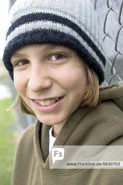 angelehnt  Portrait  Jugendlicher  lächeln  Zaun  Maschendrahtzaun  Mädchen