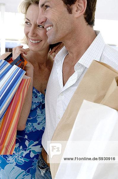 lächeln  Tasche  halten  Close-up  close-ups  close up  close ups  kaufen  Mittelpunkt  Erwachsener