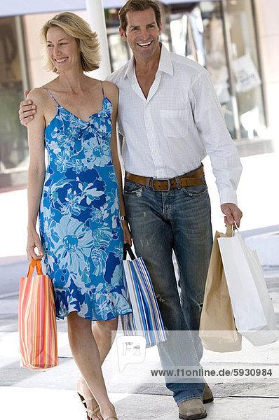 Portrait  Frau  Mann  Tasche  halten  kaufen  Mittelpunkt  Erwachsener