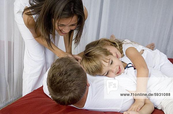 liegend  liegen  liegt  liegendes  liegender  liegende  daliegen  Frau  sehen  Mittelpunkt  2  Erwachsener  Ehemann