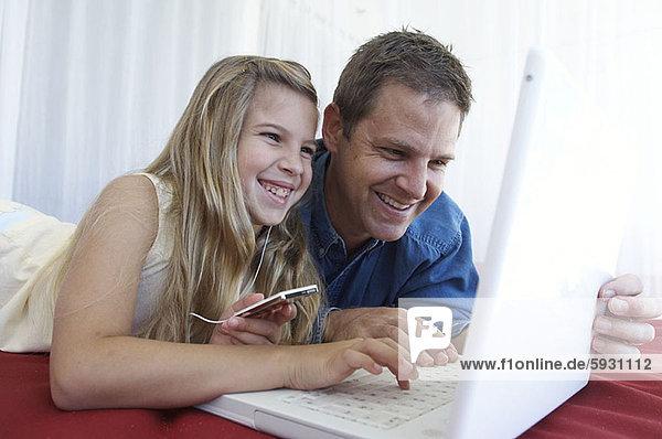 benutzen  Notebook  Menschlicher Vater  halten  Spiel  Close-up  close-ups  close up  close ups  MP3-Player  MP3 Spieler  MP3 Player  MP3-Spieler  Mädchen