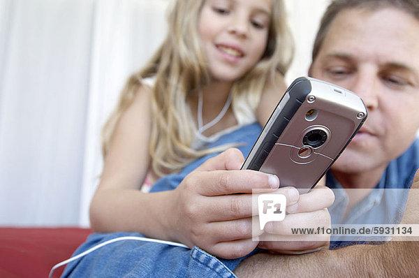 Handy  zeigen  Menschlicher Vater  Close-up  close-ups  close up  close ups  Kurznachricht  Mädchen
