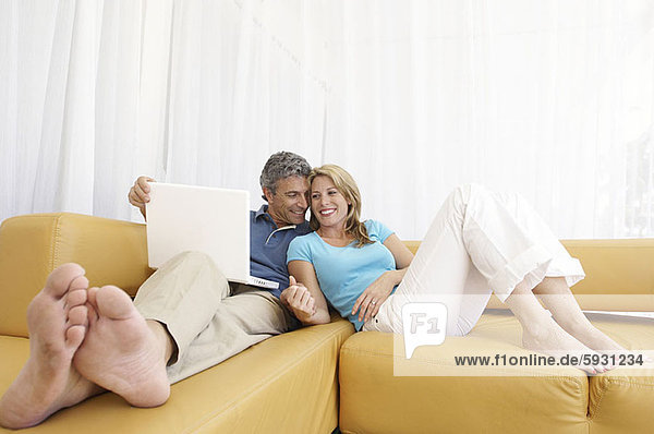 angelehnt  Frau  Mann  Notebook  halten  Mittelpunkt  Erwachsener