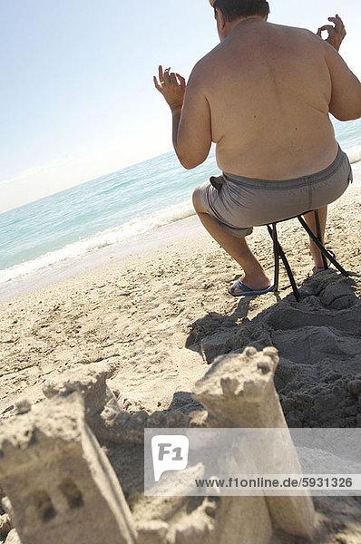 sitzend , Mann , gestikulieren , yes , reifer Erwachsene,  reife Erwachsene , Rückansicht , Ansicht