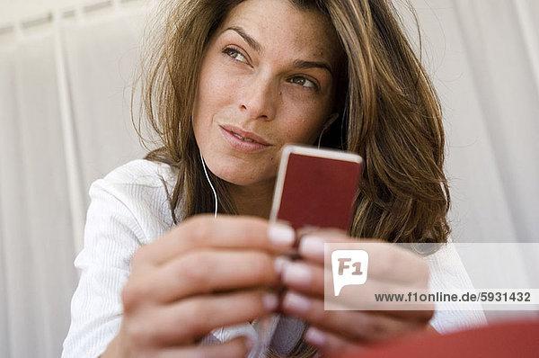 Frau  zuhören  Spiel  Close-up  close-ups  close up  close ups  jung  MP3-Player  MP3 Spieler  MP3 Player  MP3-Spieler
