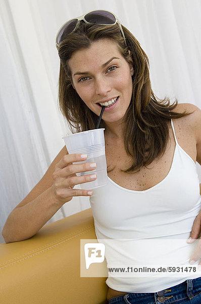Wasser  Portrait  Frau  Tasse  jung  trinken  Wegwerfartikel