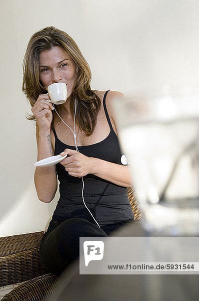 Portrait  Frau  zuhören  Musik  jung  trinken  Tee