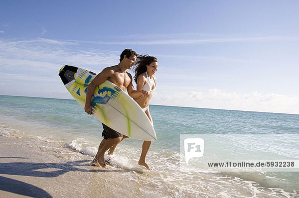 Frau  Mann  Strand  rennen  halten  Surfboard  jung