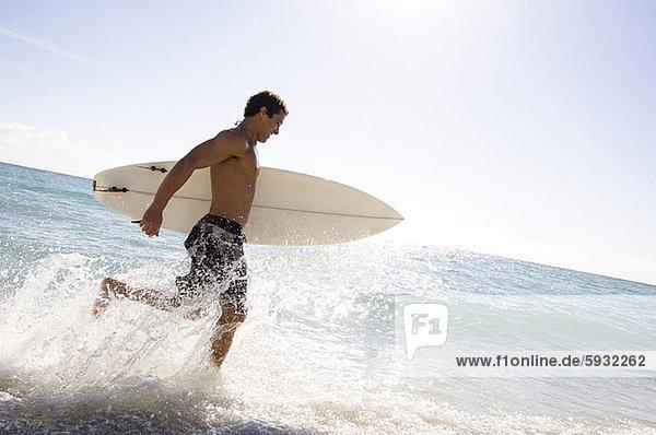 Profil  Profile  Mann  Strand  rennen  halten  Surfboard  jung  Seitenansicht