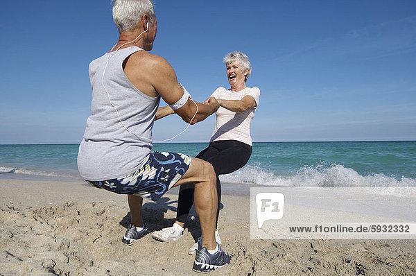 stehend  Senior  Senioren  Strand  halten