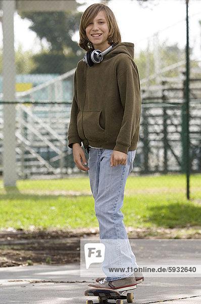 stehend  Portrait  Jugendlicher  Junge - Person  Skateboard
