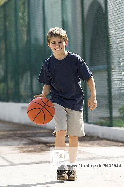 Portrait  Junge - Person  Basketball  spielen