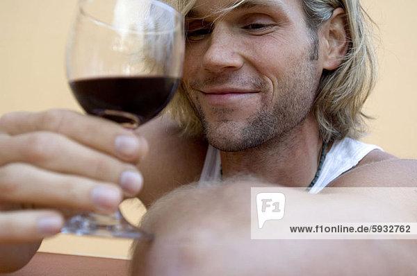 Mann  Glas  Wein  halten  Close-up  close-ups  close up  close ups  rot  jung