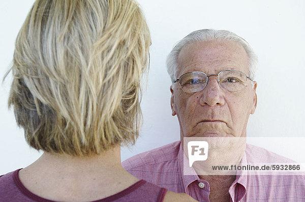 Senior  Senioren  Mann  Close-up  close-ups  close up  close ups  Mittelpunkt  in die Augen sehen  ansehen  Angesicht zu Angesicht  gegenüber  Erwachsener