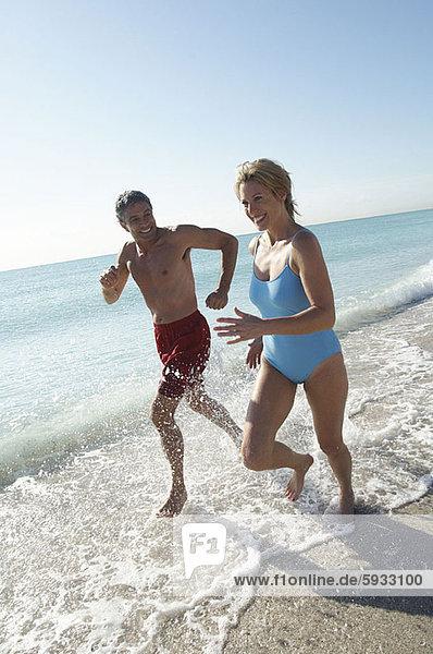 lächeln  Strand  rennen  Mittelpunkt  Erwachsener