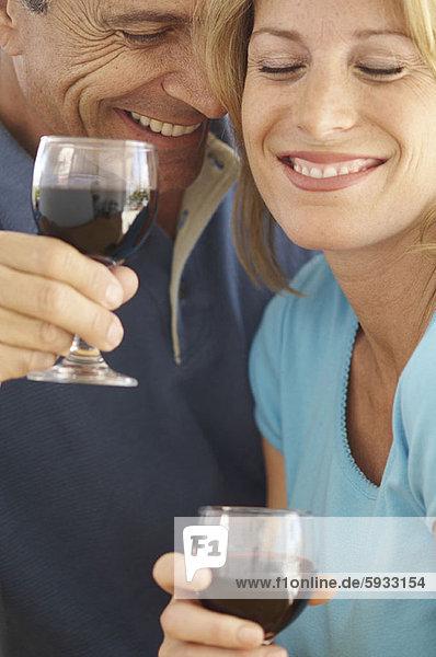 Zusammenhalt  lächeln  Wein  halten  Close-up  close-ups  close up  close ups  Mittelpunkt  Erwachsener