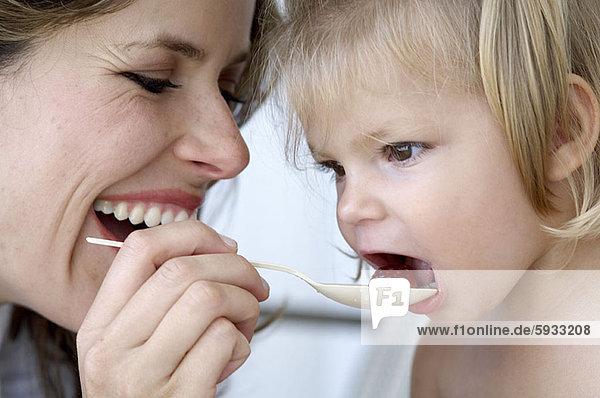 Frau , Frucht , Close-up,  close-ups,  close up,  close ups , Mittelpunkt , Tochter , Erwachsener , füttern