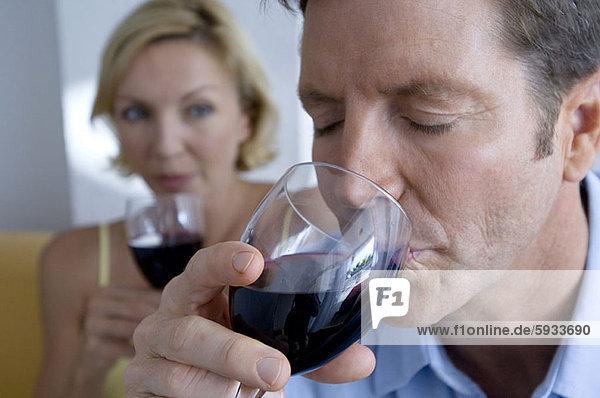 Frau  Mann  sehen  Glas  Wein  Close-up  close-ups  close up  close ups  Mittelpunkt  rot  trinken  Erwachsener