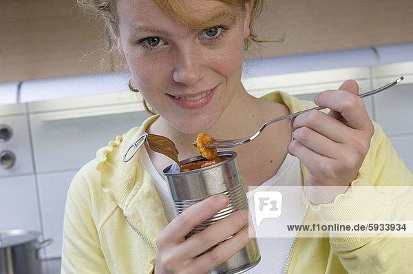 Ölsardine  Portrait  Frau  Lebensmittel  jung  Gabel  essen  essend  isst
