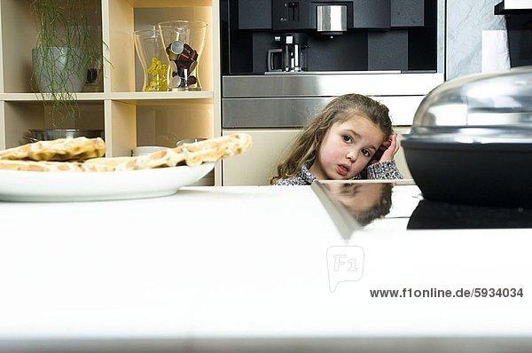 hinter  Portrait  Küche  Mädchen  Tresen