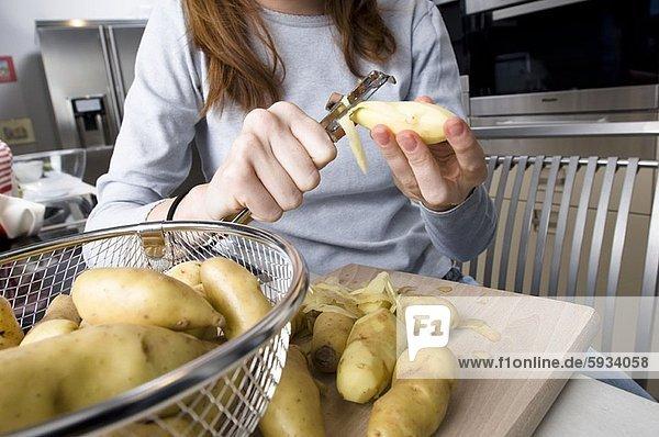 Anschnitt  Frau  Mittelpunkt  Ansicht  Kartoffel  abbröckeln  roh