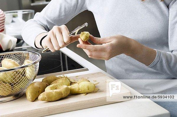 Anschnitt  Frau  Küche  Mittelpunkt  Ansicht  Kartoffel  abbröckeln  roh