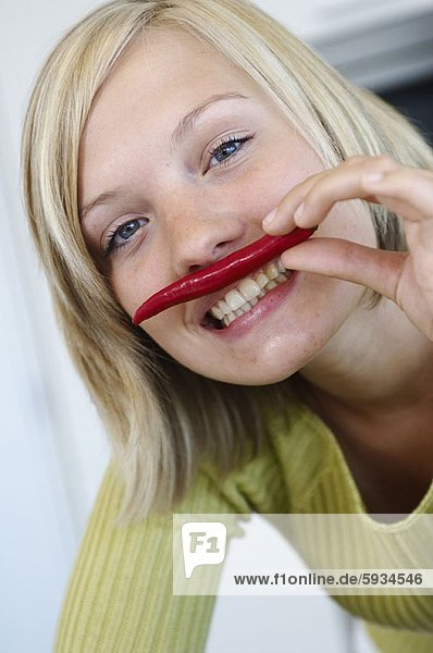 Portrait  Frau  lächeln  halten  rot  jung  Peperoni