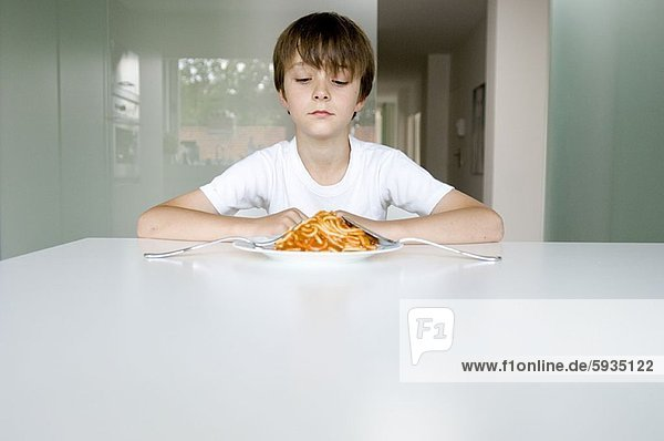 sehen  Junge - Person  Teller  Pasta  Nudel