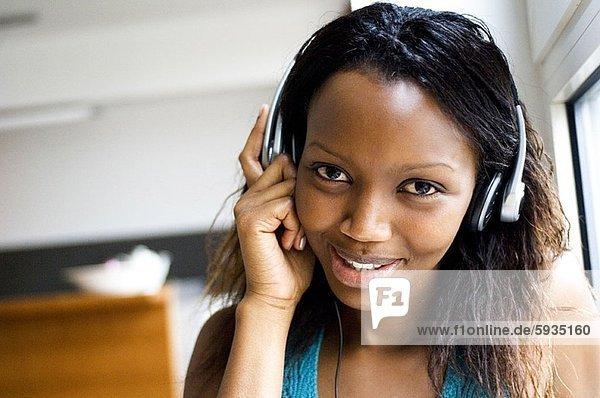 Portrait  Jugendlicher  zuhören  lächeln  Kopfhörer  Musik  Mädchen