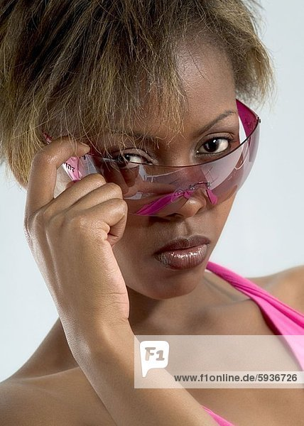 Portrait  Frau  Pose  jung  Kleidung  Sonnenbrille