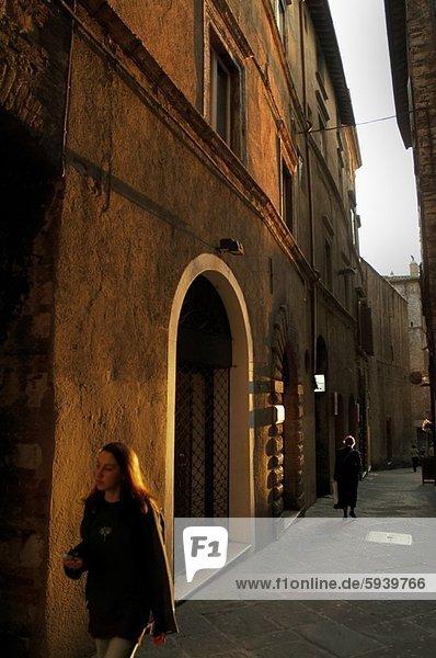 Frau  gehen  Straße  2  Italien  Umbrien