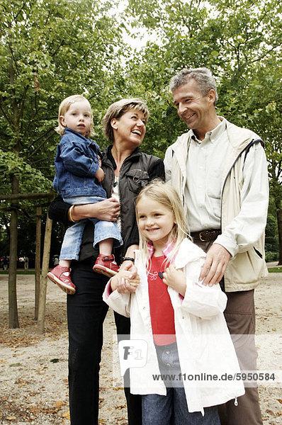 Menschliche Eltern Garten 2 Tochter