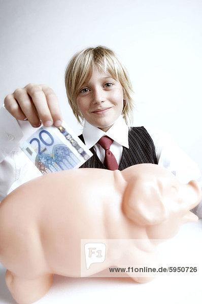 Portrait  Junge - Person  Geld  einsetzen  Bank  Kreditinstitut  Banken